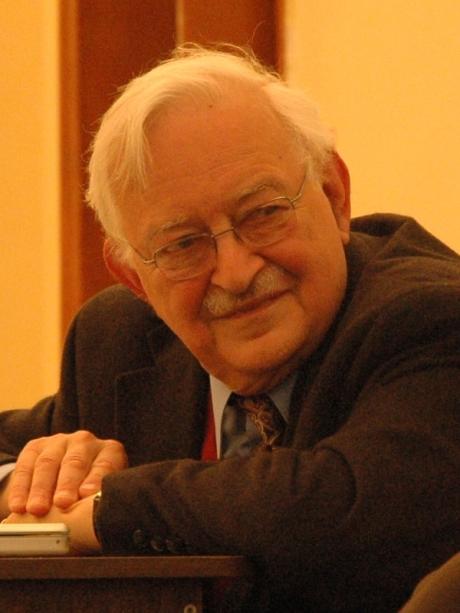 Immanuel Wallerstein est actuellement professeur de sociologie à l'Université de Yale.