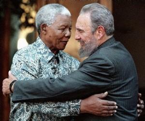 Nelson Mandela recevant Fidel en Afrique du Sud