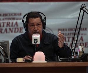 http://socio13.files.wordpress.com/2010/07/hugo-chavez-la-radio-del-sur-580x4171.jpg?w=300&h=250